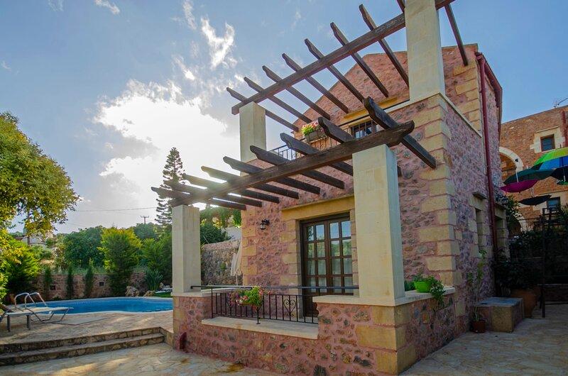 Stone Villa★BBQ & Wifi★Jacuzzi★Shared Pool★Seaview, holiday rental in Afrata