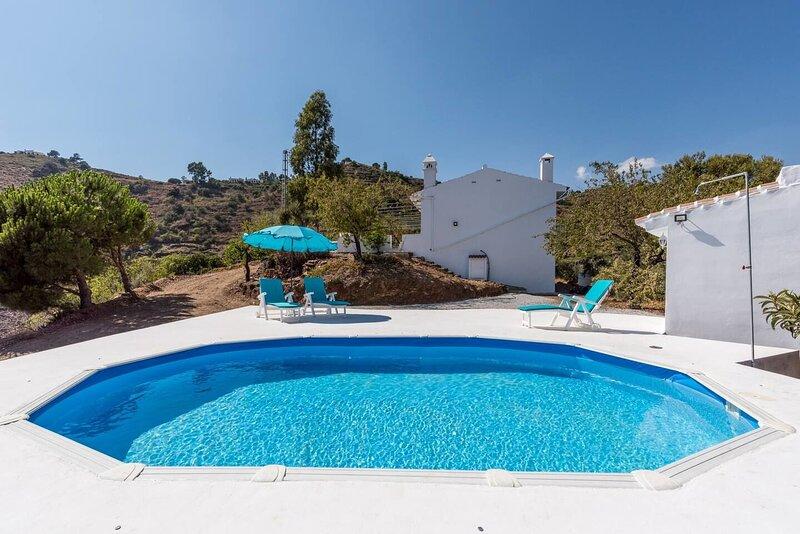 Amazing villa with swimming-pool, holiday rental in Sayalonga
