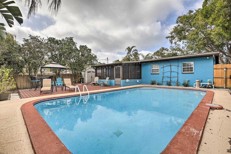 NEW! Tropical Palm Harbor Retreat w/ Lanai & Patio, vacation rental in Crystal Beach
