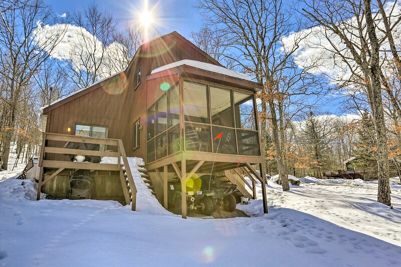 NEW! Pet-Friendly Poconos Getaway w/ Resort Perks!, holiday rental in Lackawaxen