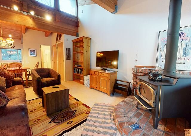 Walk to the Village, Shops, and Gondola, Spacious Home, Sleeps up to 6, holiday rental in Mammoth Lakes