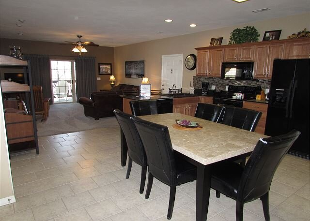 *3 BR, 2 Bath Condo on Table Rock Lake with Dock Access, holiday rental in Hollister