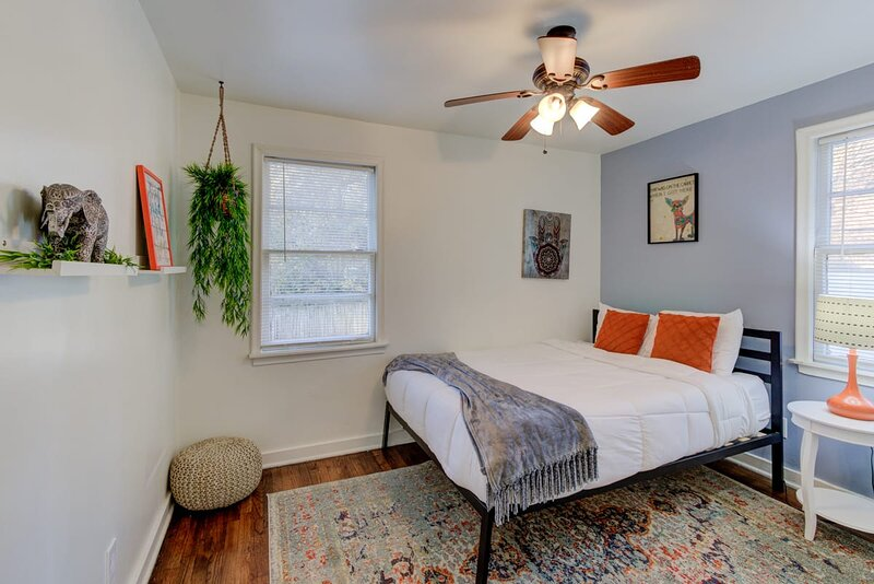 Midtown Cottage walk to Overton Square!, vacation rental in Bartlett