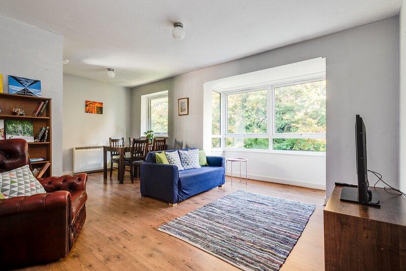 Top-Floor Bright & Sunny 3-Bedroom Flat (sleeps 4), vacation rental in Littlemore