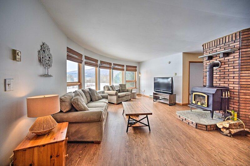 NEW! Cozy Catskills Getaway w/ Yard & Mtn Views!, holiday rental in Oak Hill
