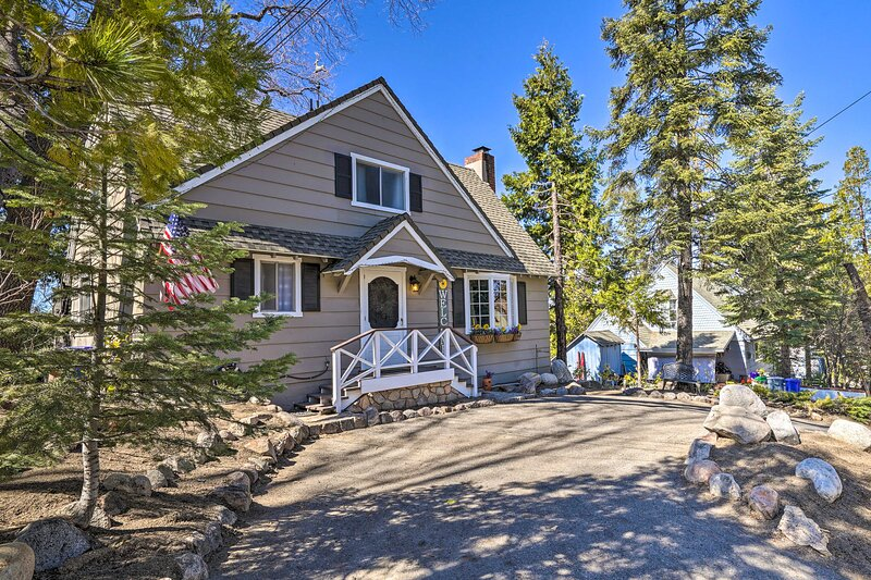 NEW! Charming Cabin, 2Mi to Lake Arrowhead Village, alquiler de vacaciones en Cedar Glen
