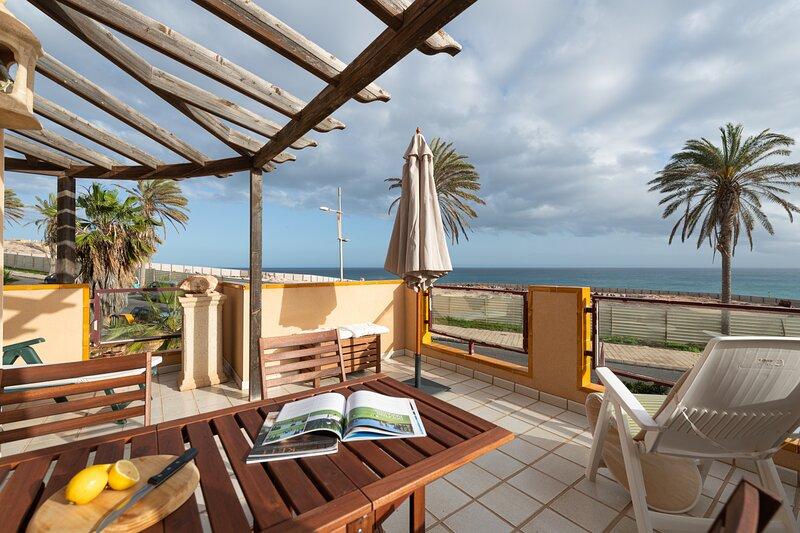 NUEVO Apartamento con terraza y vistas al mar, holiday rental in La Lajita