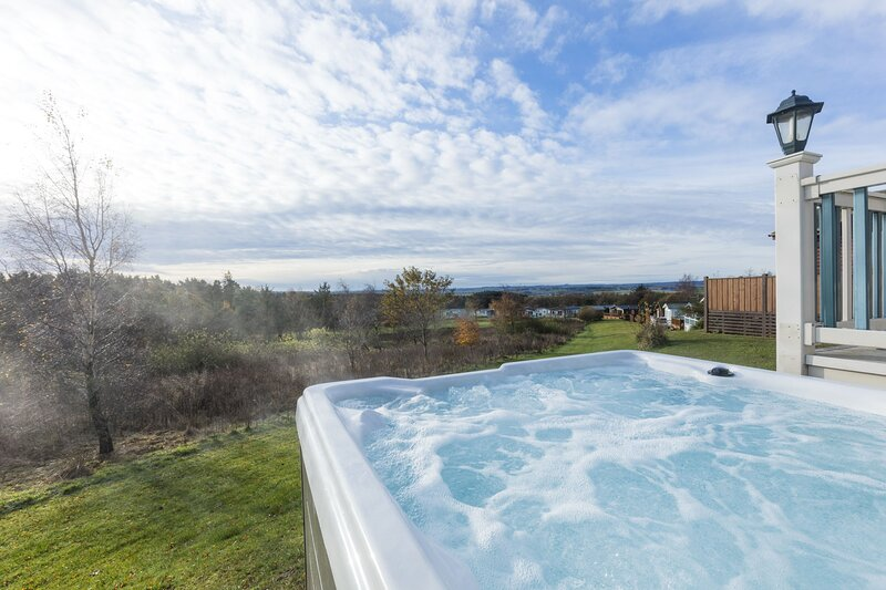 Whin Fell - beautiful hot tub lodge, stunning views, sleeps 4, Ferienwohnung in Newton on the Moor