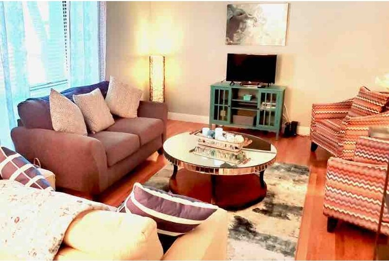 CLEAN St. Charles Central Oasis*Pets/kids/Groups/2 CAR Garage, holiday rental in Saint Peters