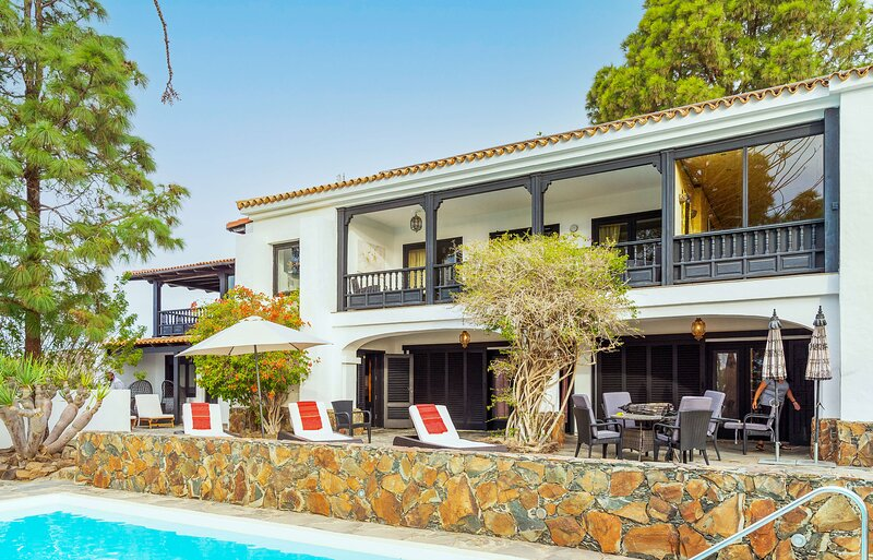 Large holiday home with private pool in Monte Leon, holiday rental in Monte Leon