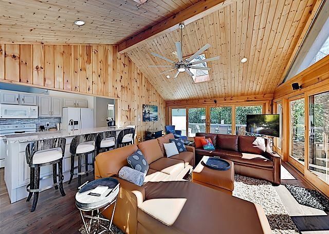 Spacious Home in Connestee Falls | Pool, Tennis, Golf & Trails | Walk to Lake, location de vacances à Brevard