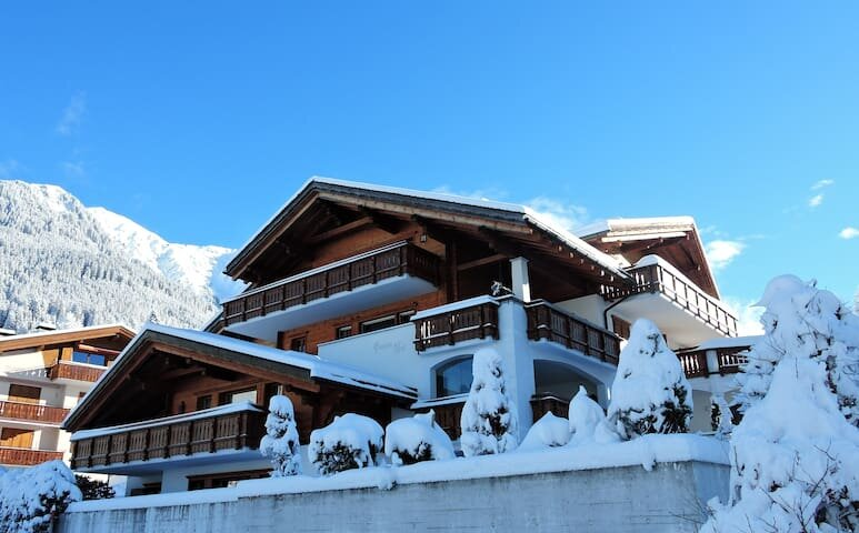 Stunning Setting and Views From This Family Chalet in renowned Klosters., alquiler de vacaciones en Klosters