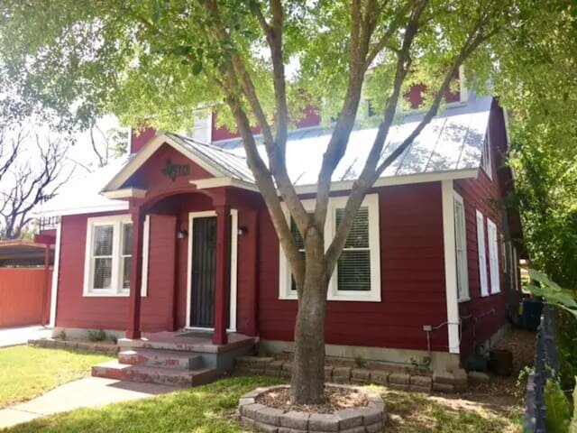 The Highland House 5BR Huge Patio 2 miles to DT, holiday rental in Elmendorf