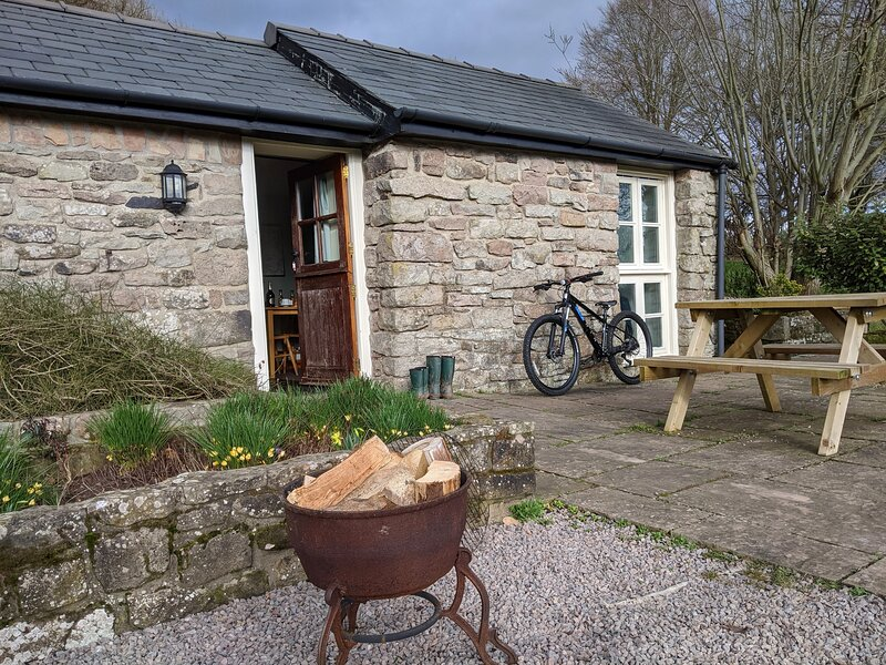 Highlands Cottage | apple orchard | Wye Valley | south-facing terrace, holiday rental in Llandogo
