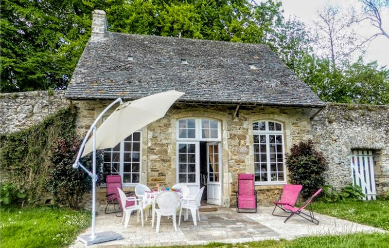 Nice home in Gonneville-le-Theil with WiFi and 3 Bedrooms (FNM505), holiday rental in Teurtheville-Bocage