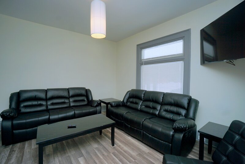 The Iron Scow - With Private Yard & Free Parking, Minutes From Falls & Casino, holiday rental in Niagara Falls