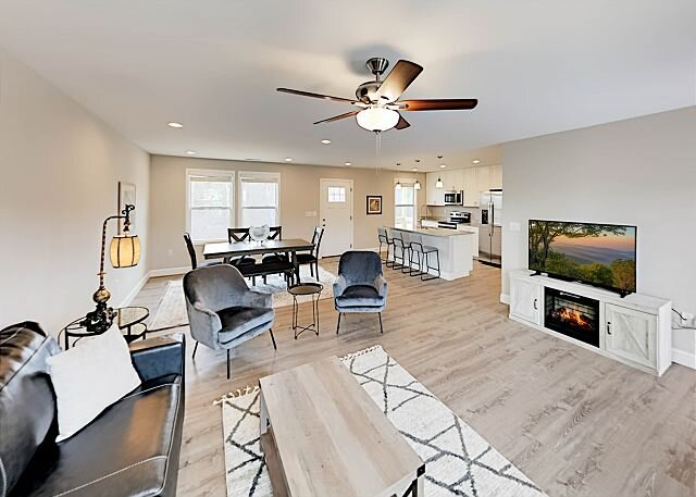 Over the Rainbow | New-Build Home | Modern Interior & Fire Pit | Near Town, holiday rental in Alexander