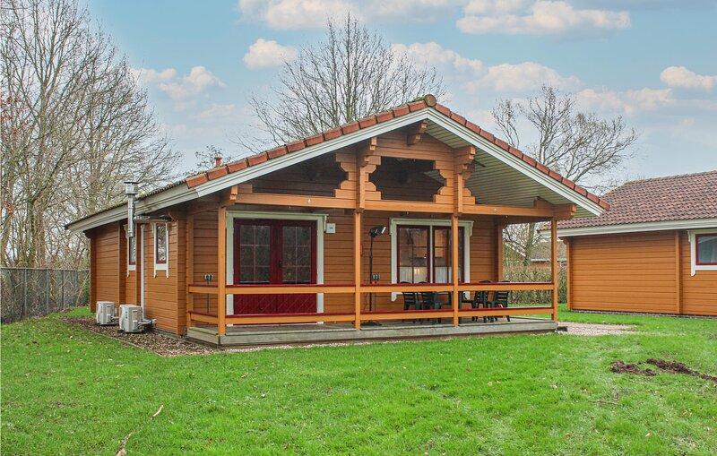 Nice home in Gramsbergen with Indoor swimming pool, WiFi and 3 Bedrooms (HOV077), holiday rental in Tiendeveen
