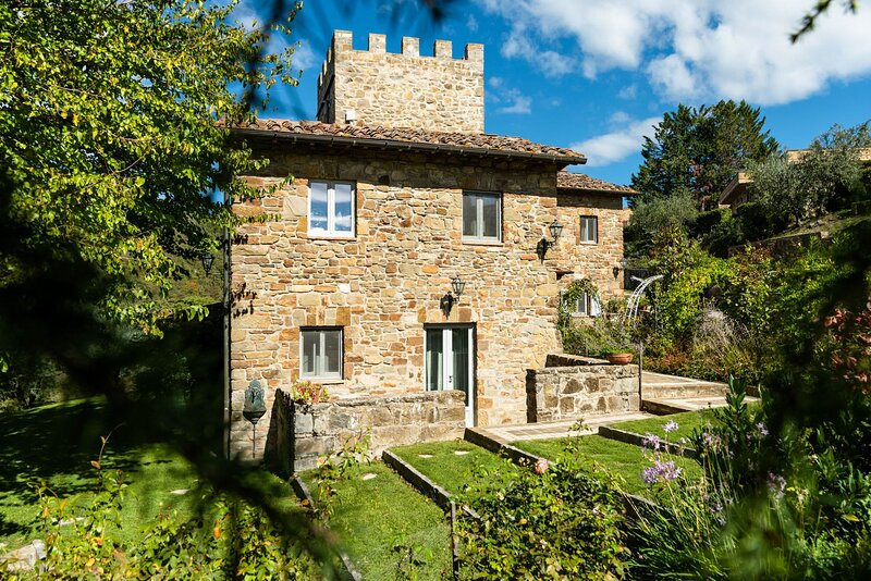 Luxury Villa,former medieval tower,A/C,Pool,Breakfast included,Stunning View, holiday rental in Lucarelli