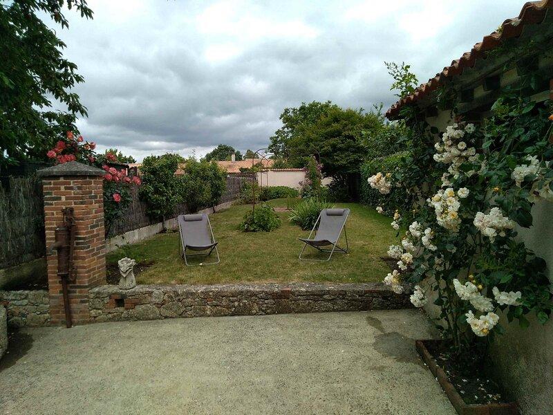 Maison de ville et son jardin 4/6 personnes à 10 mn du Puy du Fou, location de vacances à Les Châtelliers-Châteaumur