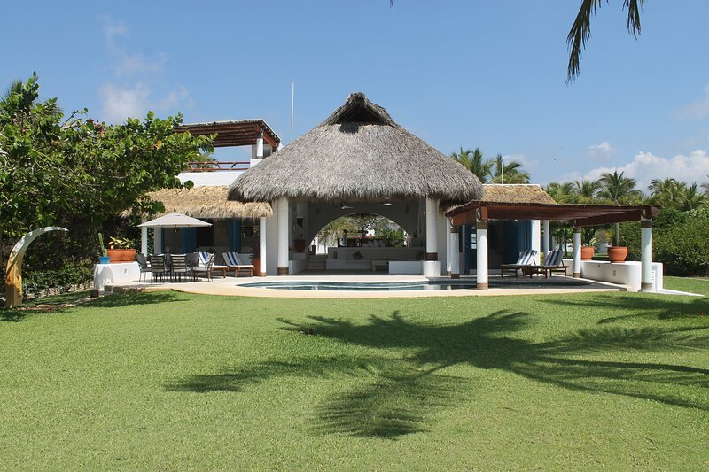 Incredible Beachfront Villa With Full Service Casa Sol Naranja, location de vacances à Puerto Escondido