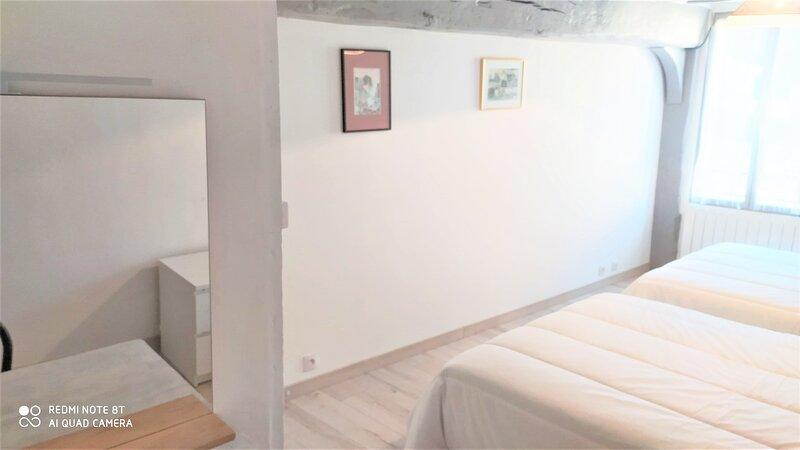 Belle maison centre village - 6 adultes + 6 - Charme, holiday rental in Saint-Jean-des-Echelles