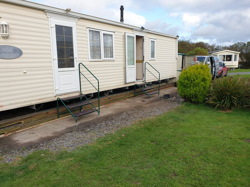 2 bed static caravan for hire sleeps 4 with private garden and parking for 2 car, holiday rental in Millom