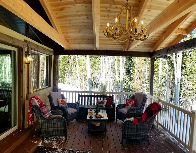 Cabin Sweet Cabin space interior with a great back deck to gather and relax, alquiler de vacaciones en Parowan