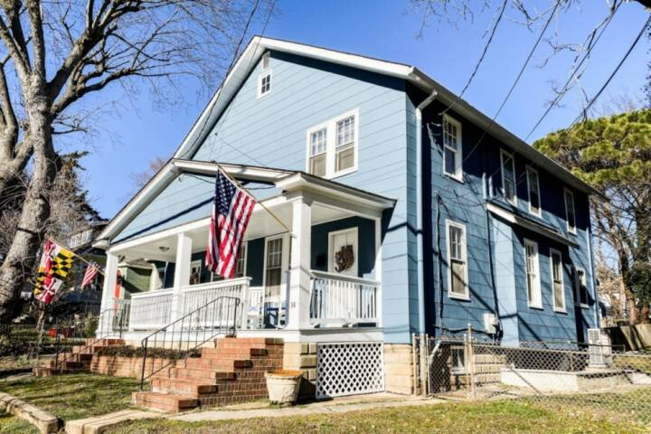 Newly-Listed - USNA-themed 3 Bedroom home off West Street with parking!, holiday rental in Davidsonville
