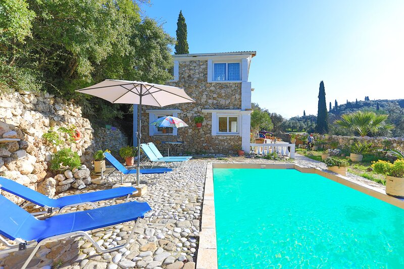 Stelios Stone House: Sunny pool, A/C, WiFi, holiday rental in Kalafationes