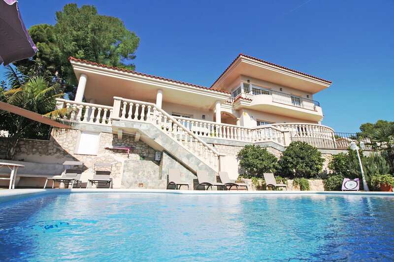 Villa Rubí, your holiday home with private pool, holiday rental in L'Arboc