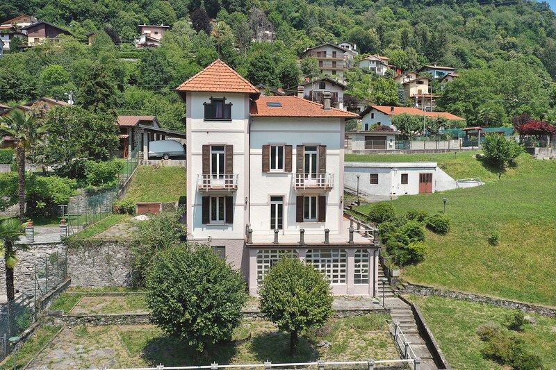 Impeccable 6-Bed Villa in Dizzasco, holiday rental in Cerano D'intelvi