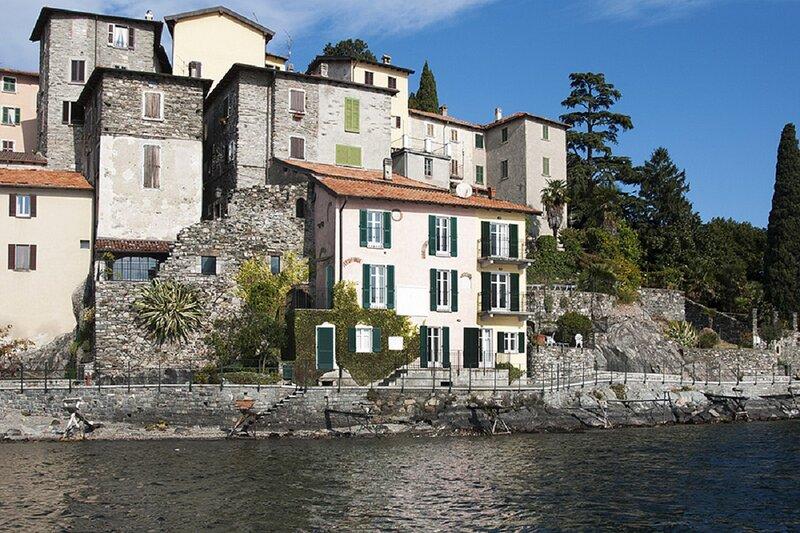 The real Italian Charm!an old fisherman's house,located right on the lake shore., alquiler vacacional en Grandola ed Uniti