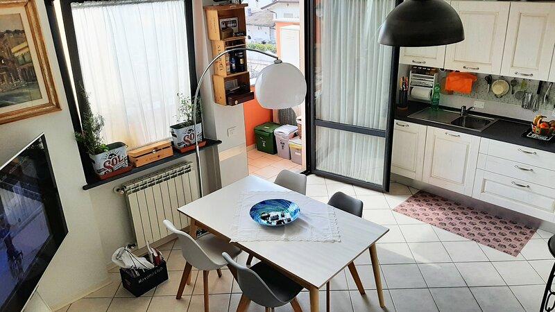Appartamento a due passi dal mare con 3 camere e 3 bagni, holiday rental in Lido Di Camaiore
