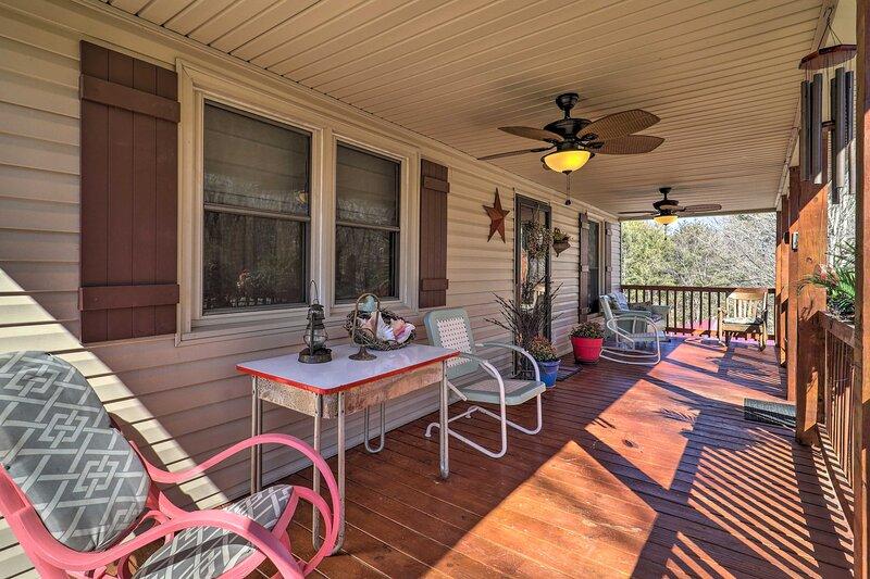 NEW! Nature Escape in Wytheville w/ Covered Porch!, location de vacances à Draper