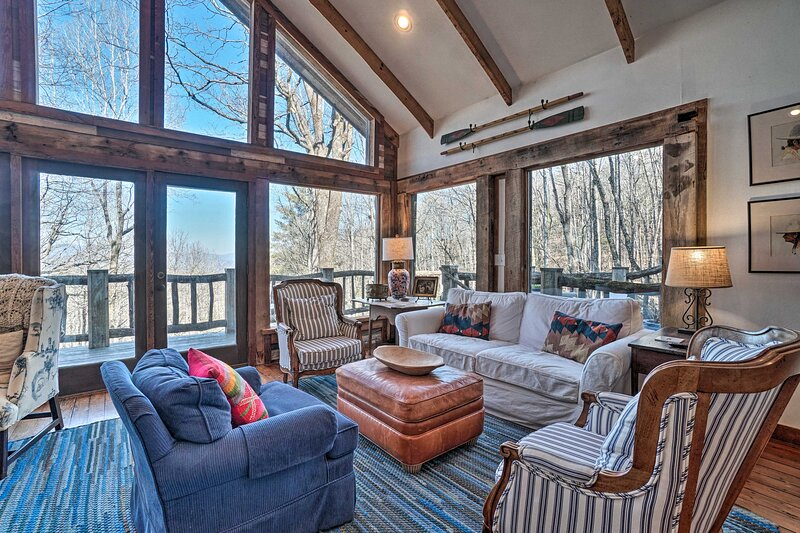 NEW! Charming Farmhouse with Deck + Mountain Views, holiday rental in Sky Valley