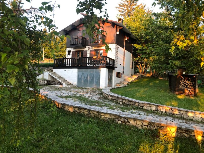 Chalet Mirastelle, vero chalet di montagna a 1600 metri con vista mare, holiday rental in Serramonacesca