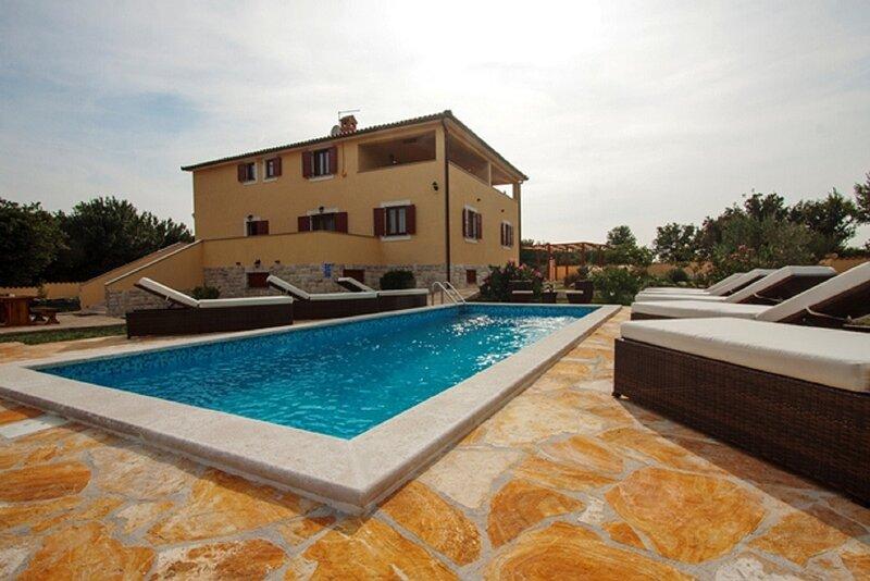 Kova - private pool: H(8) - Liznjan, vacation rental in Liznjan
