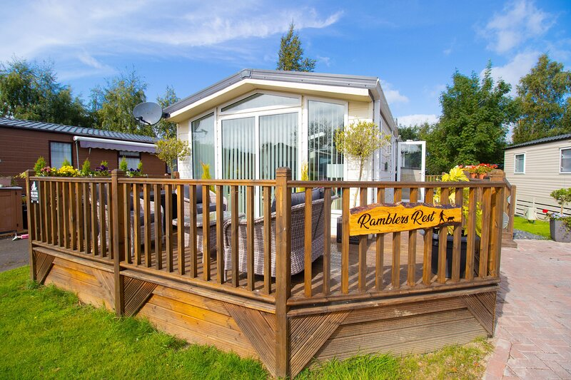 Rambler's Rest -  beautiful 2 bedroom holiday home complete with sunken hot tub, holiday rental in Swarland