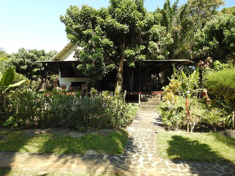 Villa Jumellea, bord de mer dans son écrin de verdure, avec piscine et personnel, casa vacanza a Toamasina Province