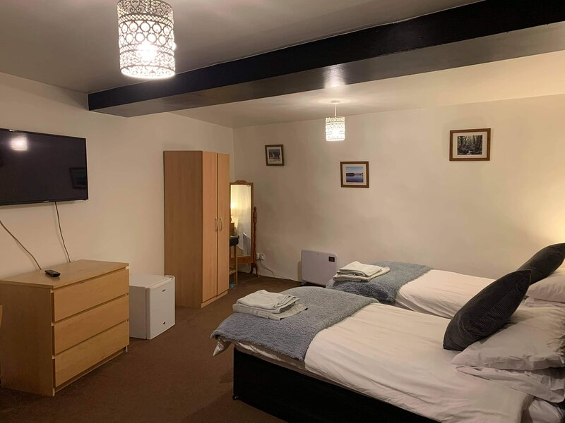 The Post Inn, Large twin room, with lounge area and ensuite bathroom (Room only), holiday rental in Okehampton