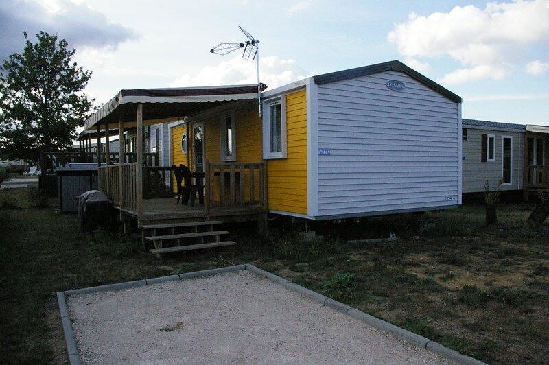 Confortable Mobil homes dans le domaine de Dugny en Val de Loire, holiday rental in Saint-Nicolas-des-Motets