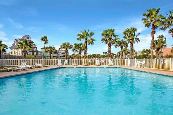 Pool,Water,Building,House,Swimming Pool