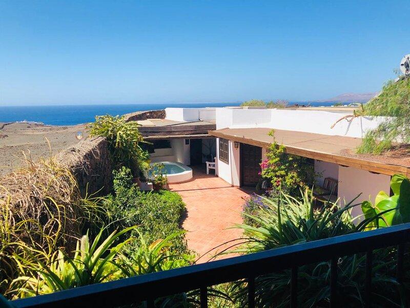 Immaculate 3-Bed House with a Sea View in Macher, alquiler de vacaciones en Puerto Calero