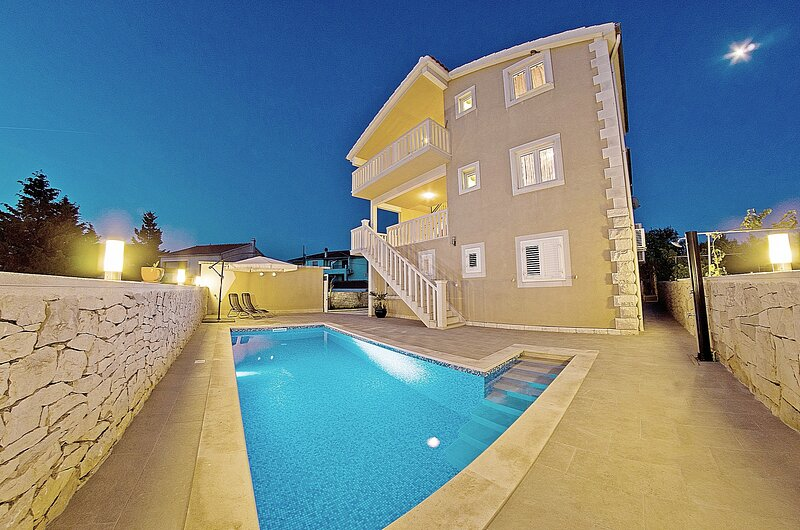 Villa for up to 14 people with private pool and sea view, near the beach, location de vacances à Sumartin