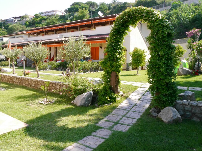 Comfort Apartments with garden, holiday rental in Nicotera