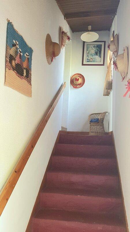 escalier donnant au 1er étage ( Salon, salle de douche et chambres )