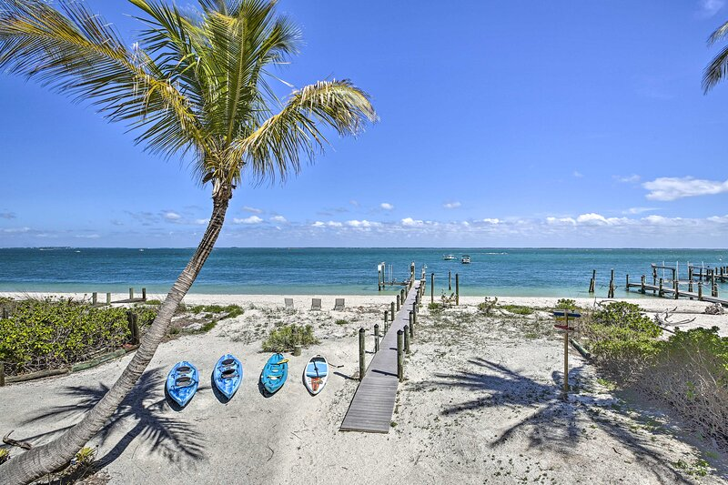 NEW! Oceanfront Island Escape w/ Golf Cart + Decks, holiday rental in Pineland