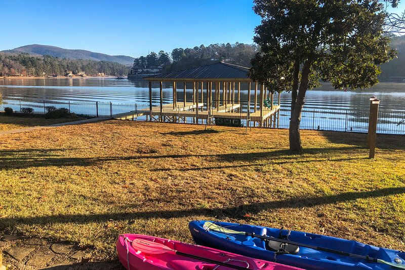 Lake Hamilton Family Getaway w/Kayaks, Dock, Grill, holiday rental in Lake Hamilton