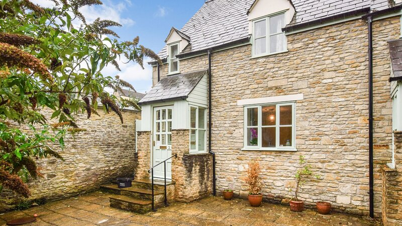 2 Old Stables, Tetbury, Cotswolds - sleeps 5 guests  in 3 bedrooms, holiday rental in Crudwell